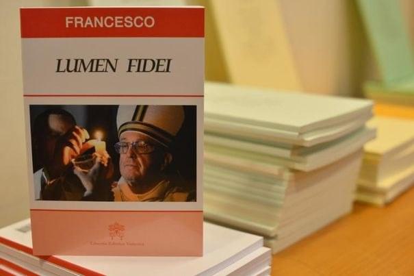 626110 un exemplaire edite de l encyclique du pape francois lumen fidei le 5 juillet 2013 au vatican