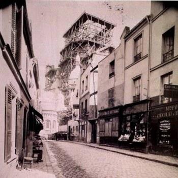 Montmartre. Rue du Chevalier de La Barre - Basilique du Sacré-Coeur en chantier- Août 1899. Cote : BNF - Est. Va 32