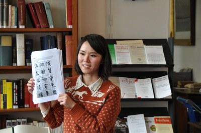 Chloé explique les différentes étapes de l'évolution de la calligraphie chinoise.
