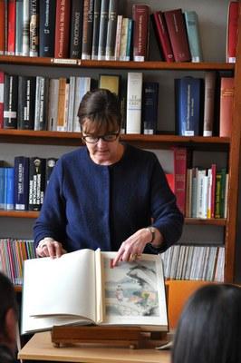 Mme Depaz, reponsable de la bibliothèque, présente l'album Miao, restauré récemment avec soin par les moniales de Maumont (Charente).